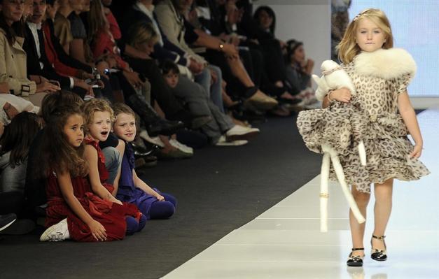 80d6bcdcbeaf Κάποιοι από τους μεγαλύτερους οίκους μόδας δημιουργούν «υψηλή ραπτική» για  παιδιά με στόχο να τα προσελκύσουν ως μελλοντικούς πελάτες